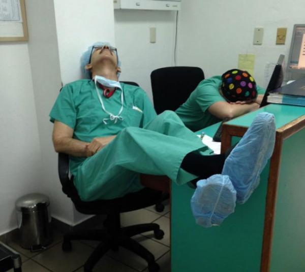 Парень выложил фото спящего на дежурстве врача, но такой реакции не ожидал