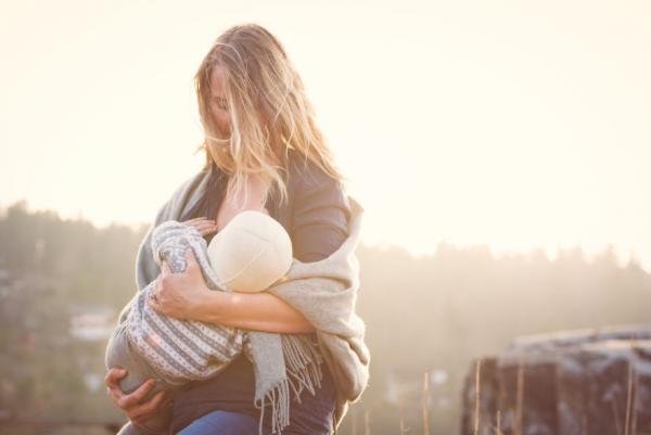 Всемирная неделя грудного вскармливания: смотрим, как красивые мамы кормят своих малышей (19 фото)