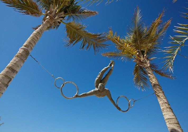 Скульптуры, балансирующие в воздухе.