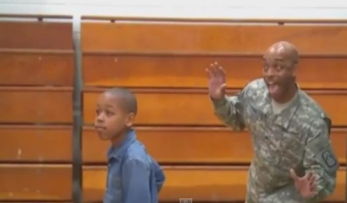 Отец эффектно порадовал сына, возвращаясь из армии.