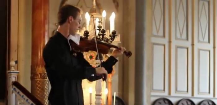 Услышав в зале телефонный звонок, скрипач поступил просто гениально!