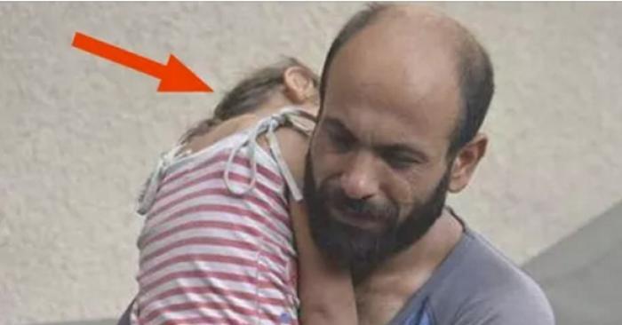 Эта фотография заставила плакать миллионы. Безумно трогает то, что стало с этим отцом.