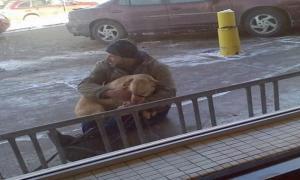 Этот мужчина заметил замерзающую собаку на обочине. Сила его поступка довела меня до слёз...