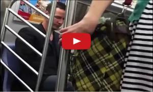 Актер Keanu Reeves уступает место женщине в метро