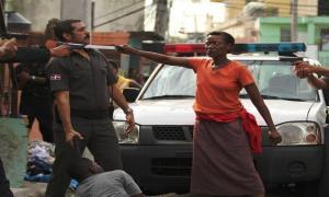 ФОТО ДНЯ: Гаитянская женщина защищает своего сына в Доминиканской Республике.