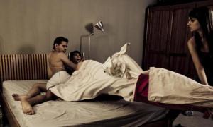 Жена, придя домой раньше обычного, застала мужа на горячем
