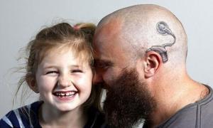 Новозеландец сделал себе тату в знак солидарности со своей шестилетней глухой дочерью
