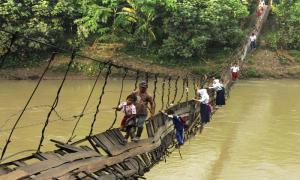 20 самых опасных и необычных дорог в школу по всему миру