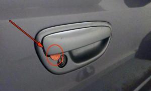 Если вы увидели монету на двери авто - действуйте немедленно!