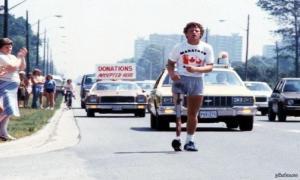 Терри Фокс бежит в окровавленных шортах во время Марафона надежды через Канаду