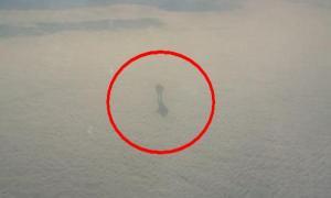 Пассажир самолета сфотографировал загадочное нечто, гуляющее по облакам