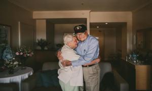 70 лет спустя... Он преодолел немыслимое расстояние, чтобы снова встретиться со своей любовью.